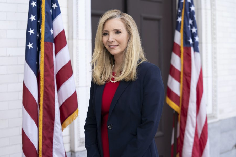 DEATH TO 2020 (L to R) LISA KUDROW as JEANETTA GRACE SUSAN in DEATH TO 2020 Cr. SAEED ADYANI/NETFLIX © 2020